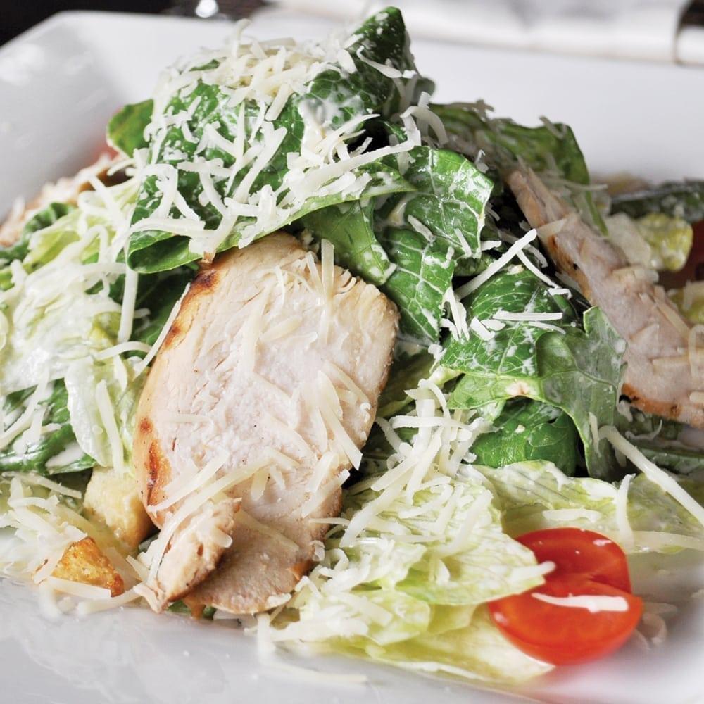 Салат «Цезарь» скуриным филе, маринованным в специях| Caesar salad with chicken fillet marinated in spices