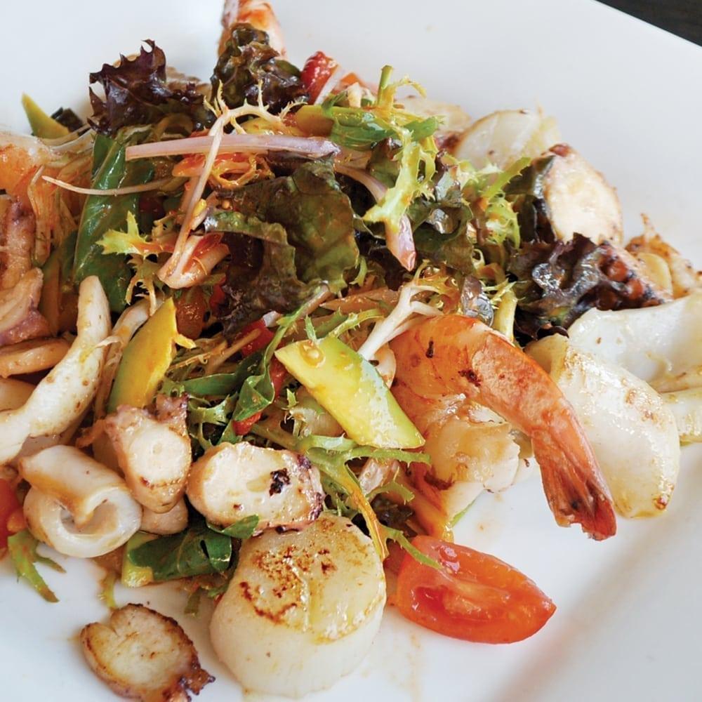 Фирменный тёплый салат с морепродуктами от шефа | Signature salad of chef with seafood