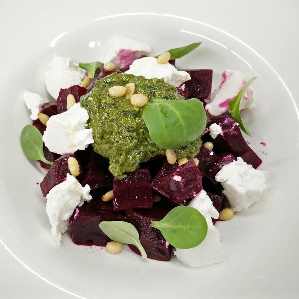 Салат из свеклы и козьий сыр шавру