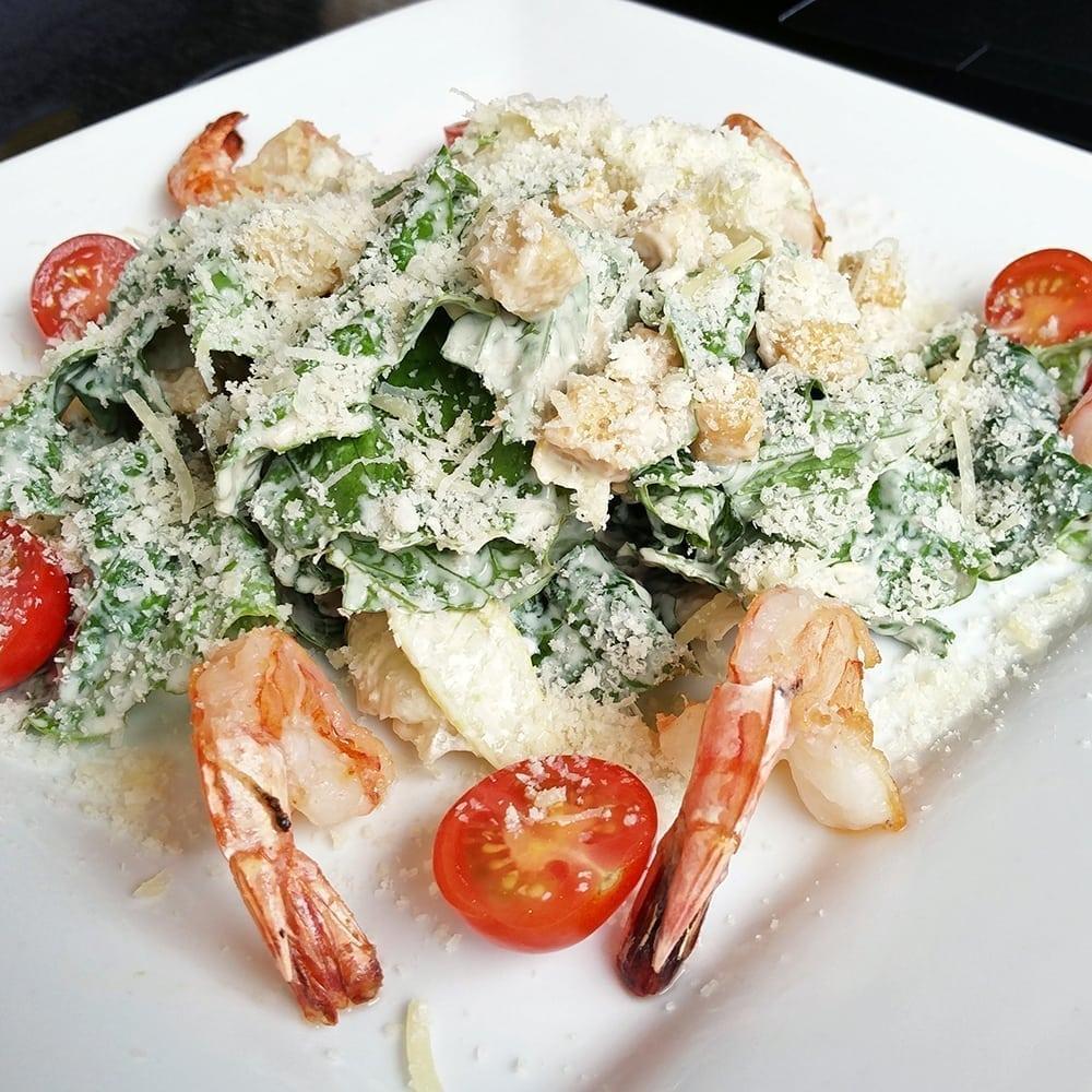 Салат «Цезарь» стигровыми креветками| Caesar salad with tiger prawns