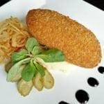 Котлета по-киевски с картофельным пюре и луком фри