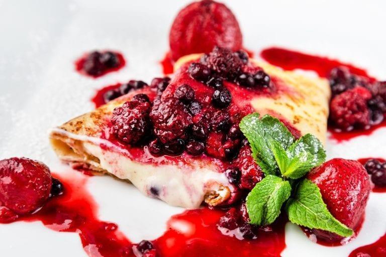 Горячие блинчики с сыром маскарпоне и ягодами