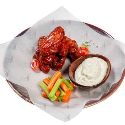 Куриные крылышки BBQ с соусом «Блю чиз»   Chicken wings BBQ with blue cheese sauce