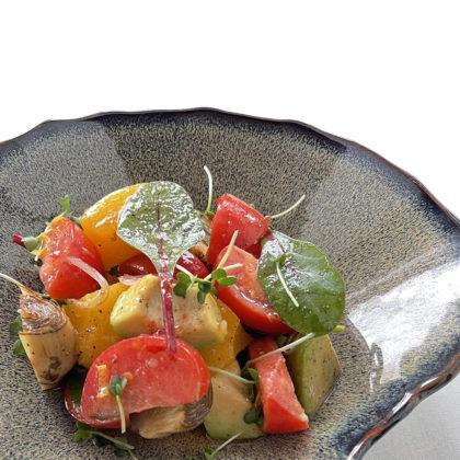 Салат из томатов, авокадо, артишоков и маринованного персика